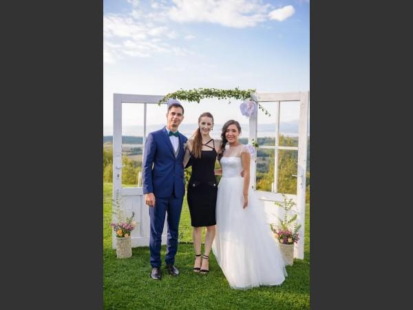 Младоженци и Водещ